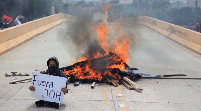 Honduras: La dictadura de JOH suspende garantías constitucionales y aplica toque de queda en el país /El pueblo no se amilana y lucha en las calles